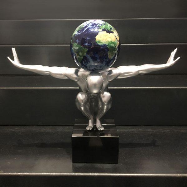 atlas-uomo-argento-con-globo-vista-satellitare-con-le-nuvole-1