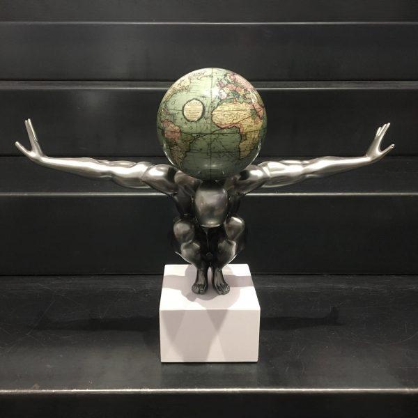 atlas-uomo-grigio-metallizzato-con-globo-mappa-antica-verde-1