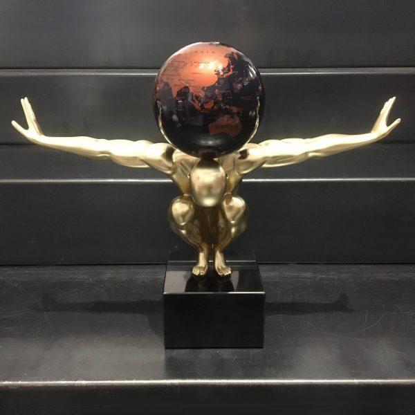 atlas-uomo-oro-con-globo-nero-rame-1