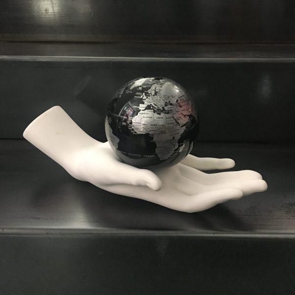 il-mondo-in-mano-donna-bianca-globo-nero-argento