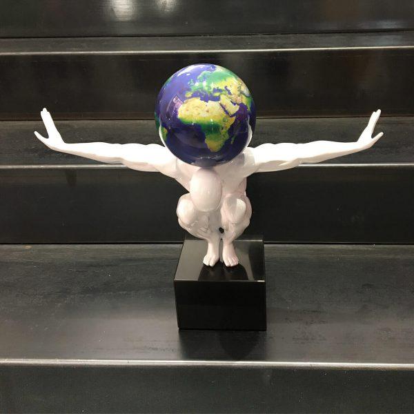 il-mondo-sulle-spalle-bianco-satellitare-1