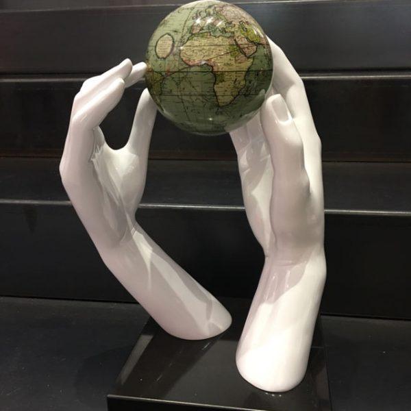 mani-bianche-con-globo-mappa-antica-verde