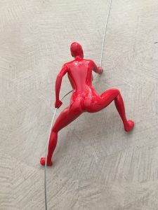 scalatore-donna-rosso-rivolto-verso-alto-2