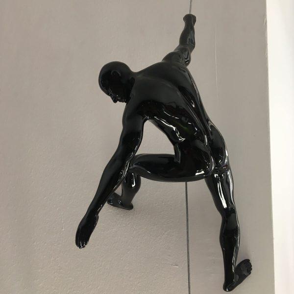 scalatore-uomo-nero-rivolto-verso-il-basso