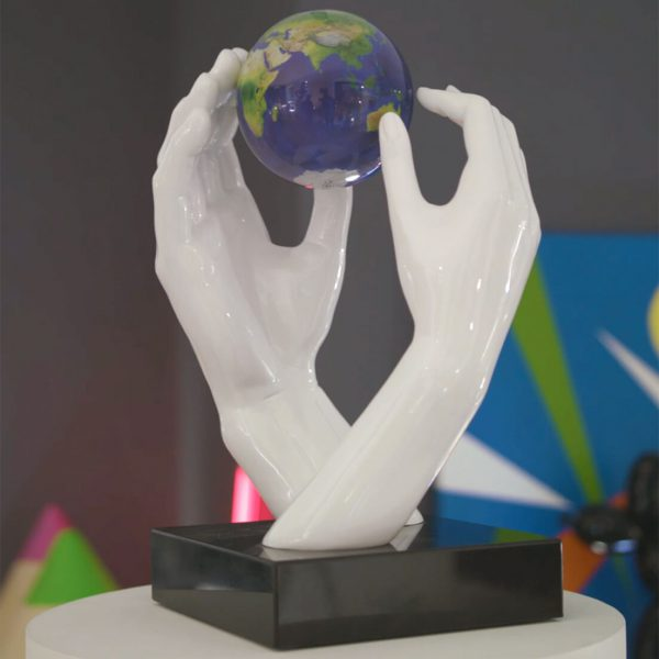 uomo-bianco-globo-vista-satellitare