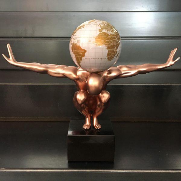 uomo-rame-con-globo-bianco-e-oro