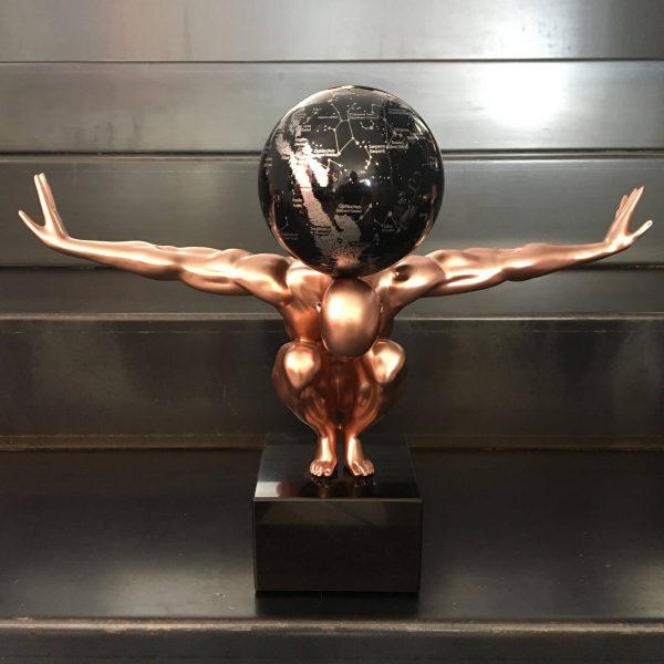 uomo-rame-con-globo-costellazioni-nero-e-argento-1