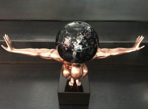 uomo-rame-con-globo-costellazioni-nero-e-argento-2